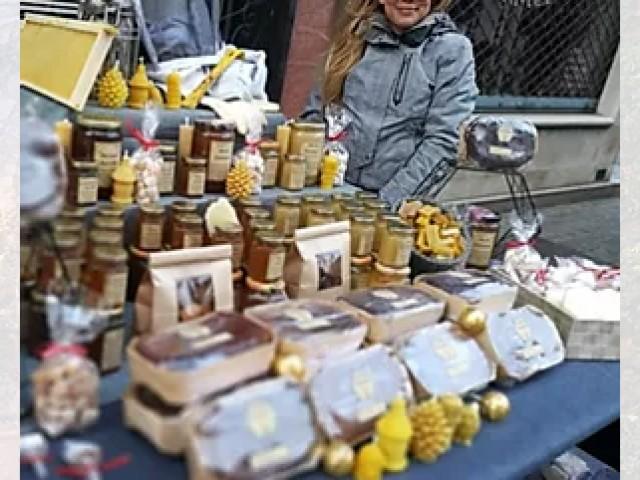 O Copains d'Abord Anais apicultrice de Gambais exposant ses produits au restaurant